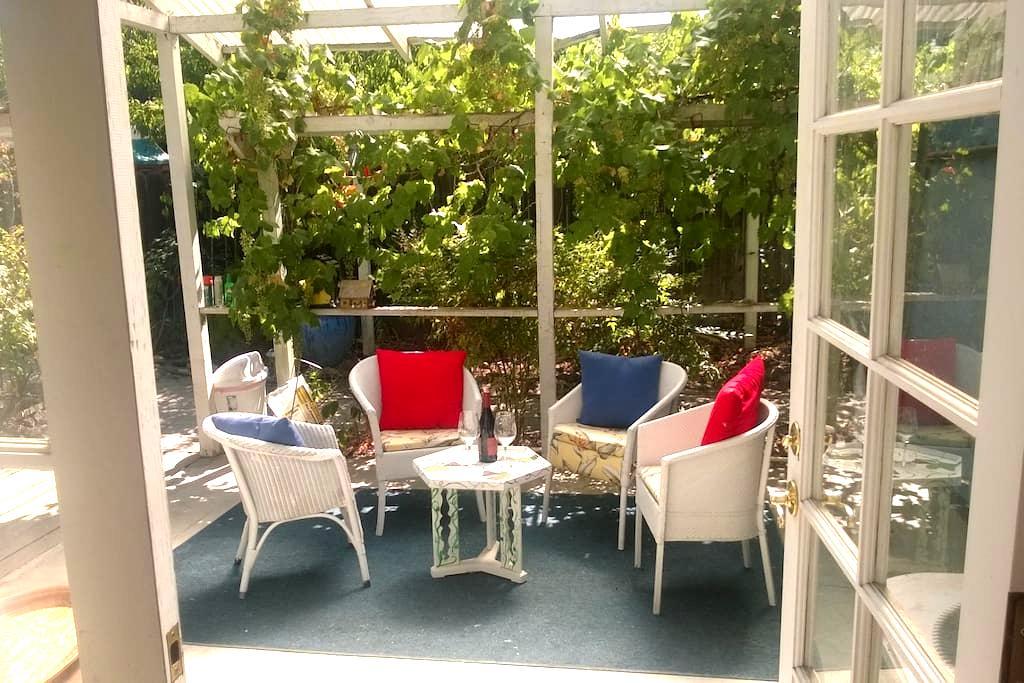 Central Coast Hidden Garden Suite - Atascadero - Bed & Breakfast