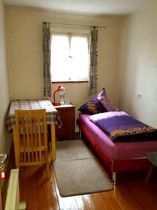Einzelzimmer im Zentrum, 5 Gehminuten zum Outlet - Metzingen - Wohnung