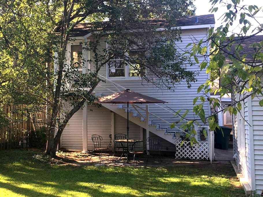 Private Garage Apt Near Downtown - Bryan - Guesthouse