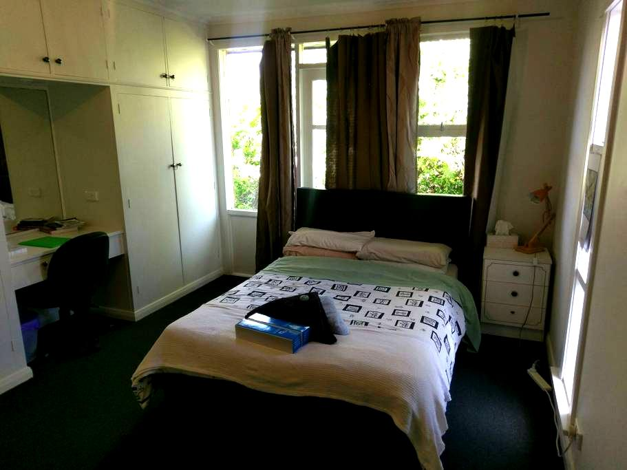 Large, quiet double bedroom - Trevallyn - House