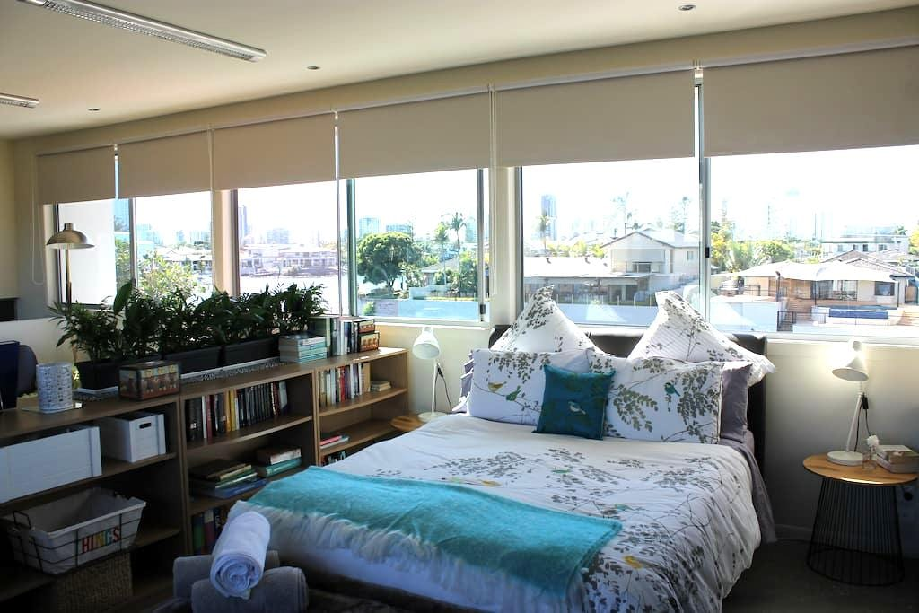 Bright & Breezy Studio Apartment on Nerang River - Broadbeach Waters - Inap sarapan