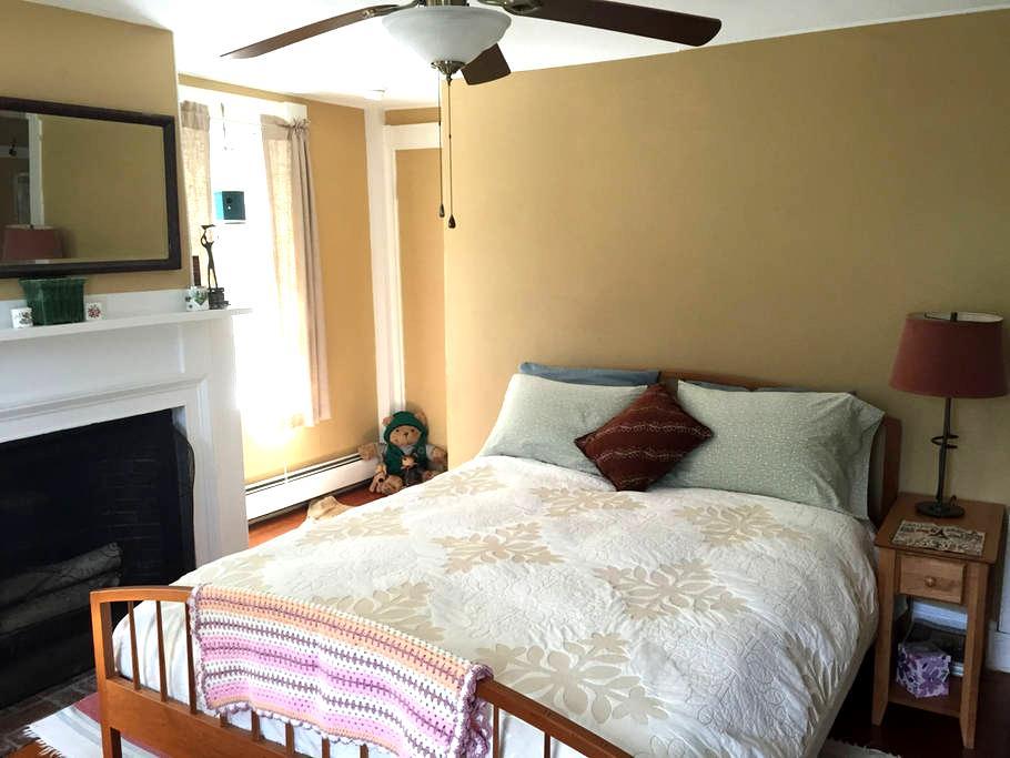 Cozy Colonial room South (1 of 2) - Кингстон