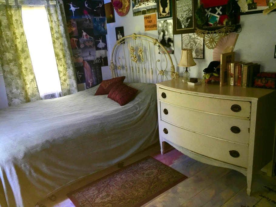 Cozy bedroom, a short walk from Belfast  harbor. - Belfast