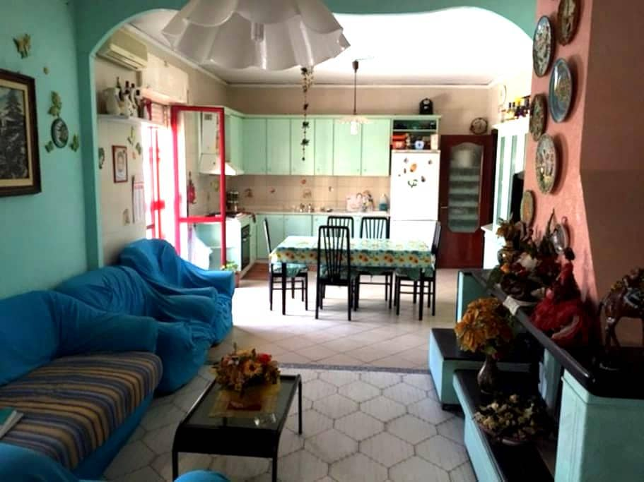 Fantastic room near the airport of Naples! - Casavatore - Hus