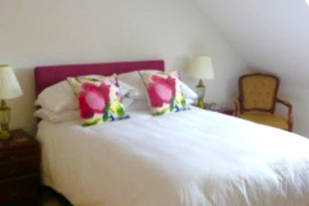 Dordolo B&B,  Lovely bright bedroom with sea peep. - Lyme Regis - Casa