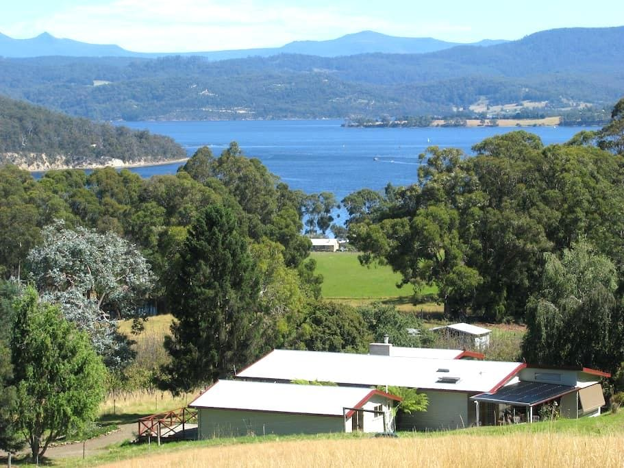 Farm stay near Cygnet, Huon Valley - Deep Bay - Kabin
