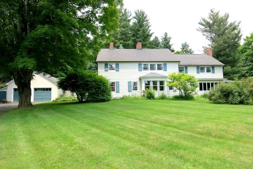 Cornwall Colonial w/ Double Bedroom - Cornwall - House