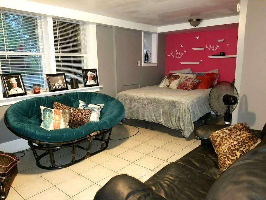 1 block from it all! - Huntington - Apartamento