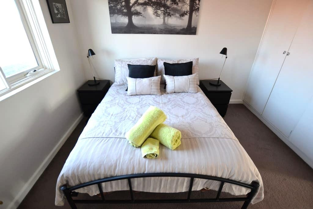 1 br flat (WiFi) on trendy Lygon St - Carlton North - Apartment
