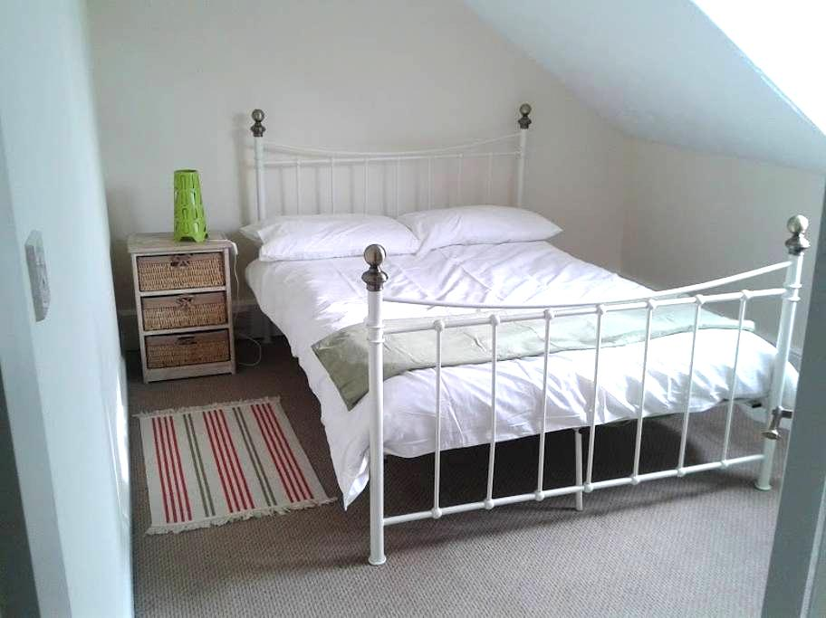 Large, bright & sunny 2BD apartment - Woburn Sands