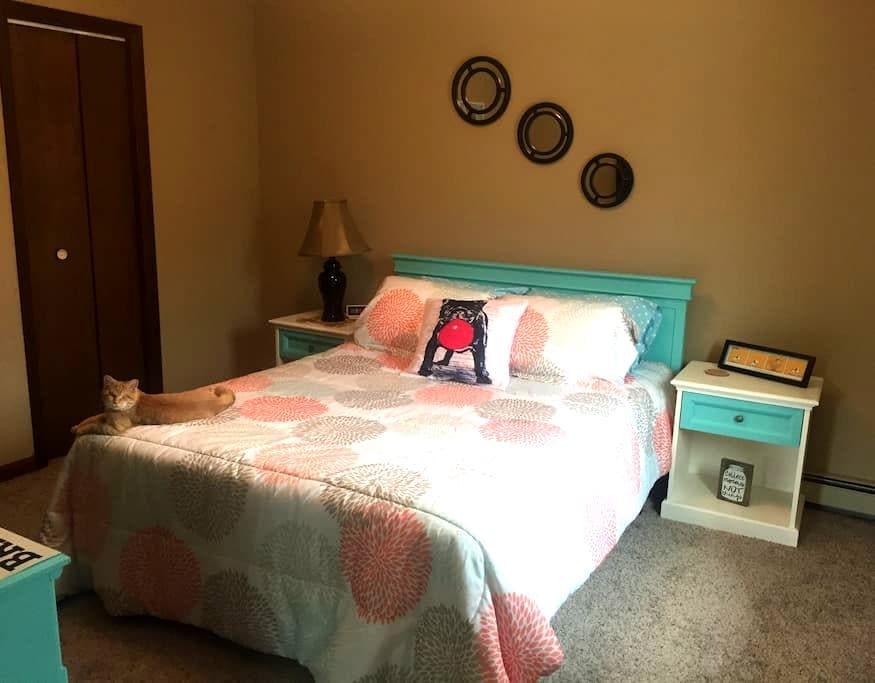 Private Bed (w/TV & mini fridge) & Shared Bath - Breckenridge - House
