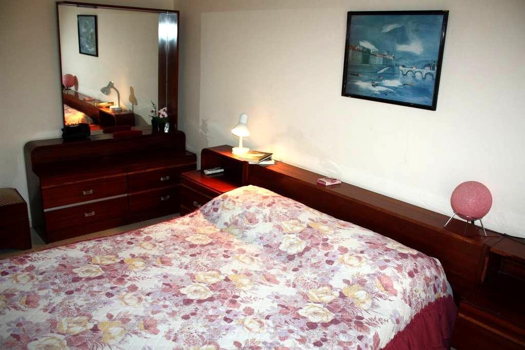 Уютная комната, в тихом районе города - Agios Athanasios - Huis