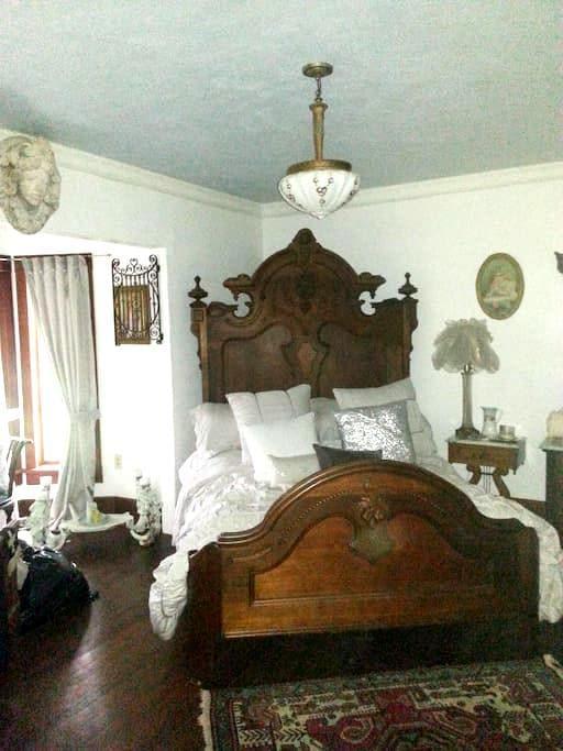 The CUBAN bedroom@ Gathering Grace - Chehalis - Inap sarapan