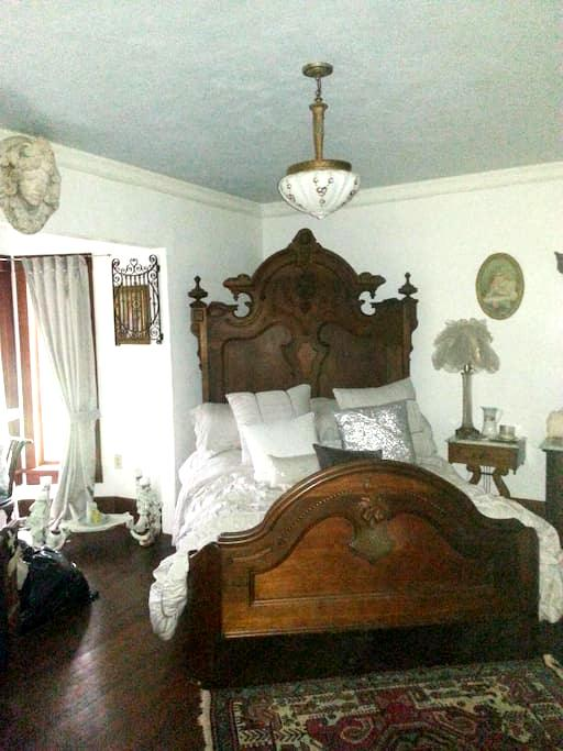 The CUBAN bedroom@ Gathering Grace - Chehalis - Bed & Breakfast