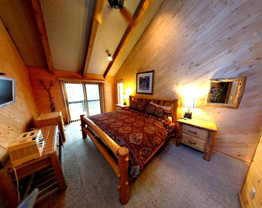 Porcupine Alpine Base Camp: BR#1 (King's Suite) - Keystone - Rumah