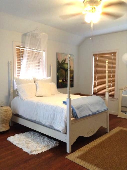 Historic home, fully private space - Beaumont - Huis