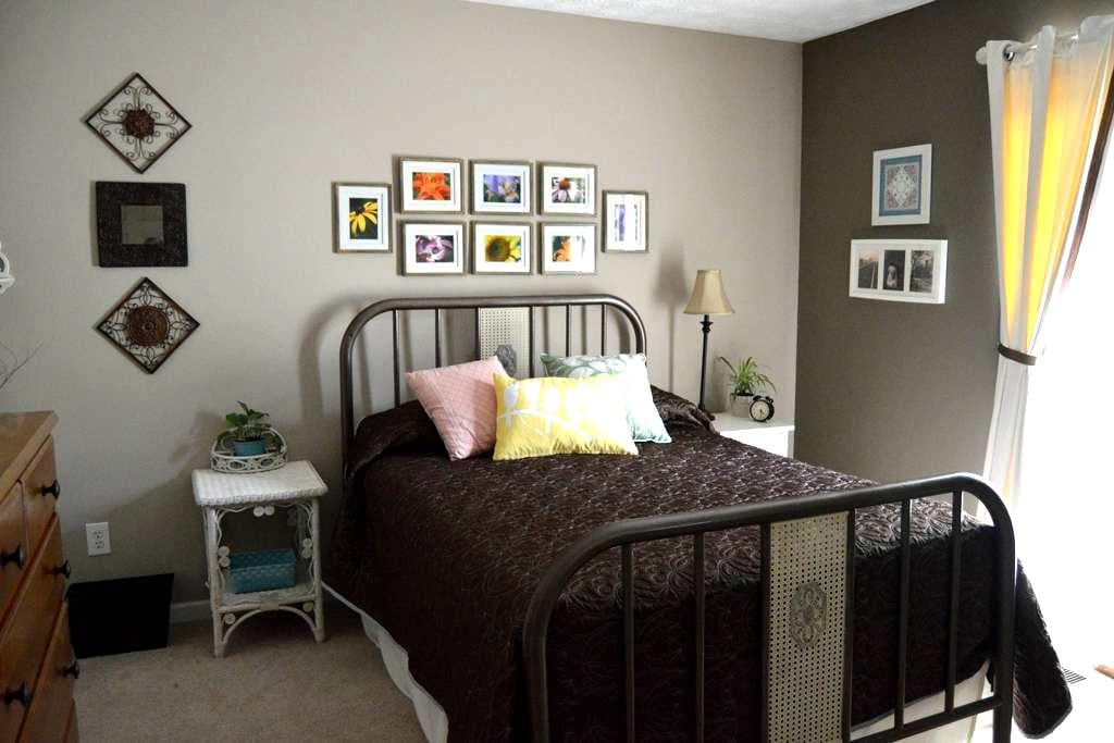 Serene room in lovely, quiet, artistic home - Acworth - House