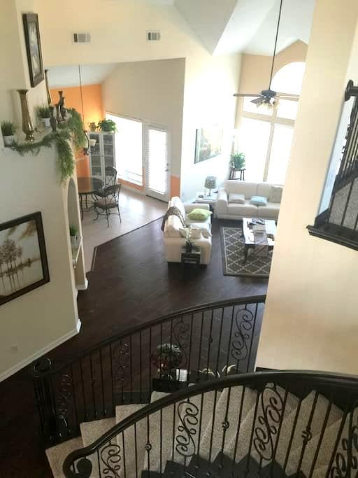 Nice and Cozy  3 Bed Room Home - Frisco