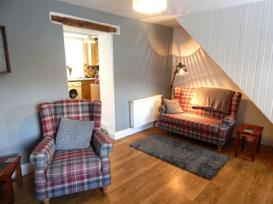 Hilton House with Waterfalls Garden - Talgarth - Casa