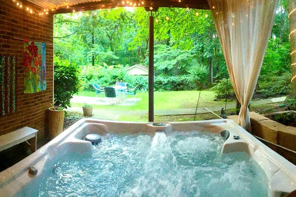 Private Garden Suite- Hot Tub, Breakfast, Chickens - Winston-Salem - House