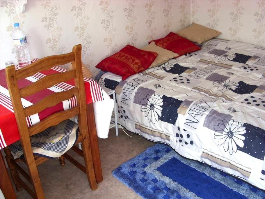 chambre simple  et agreable - Le Quesne - Guesthouse