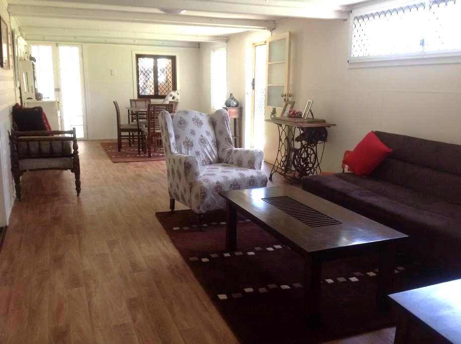 Cosy Queenslander Home 4U - Railway Estate - 公寓
