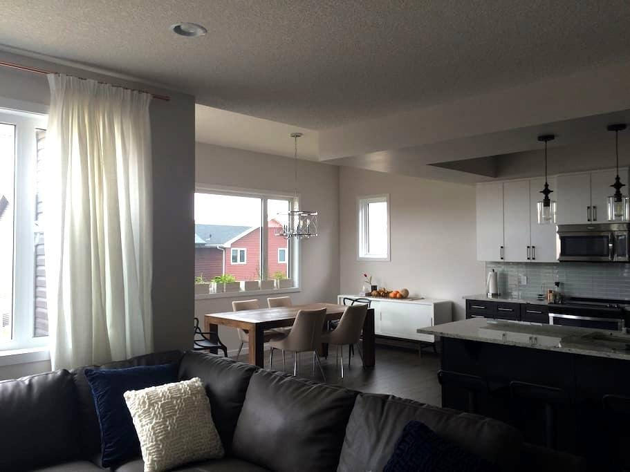 #1 Upstairs Bedroom in Brand New Home with A/C - Edmonton - Haus