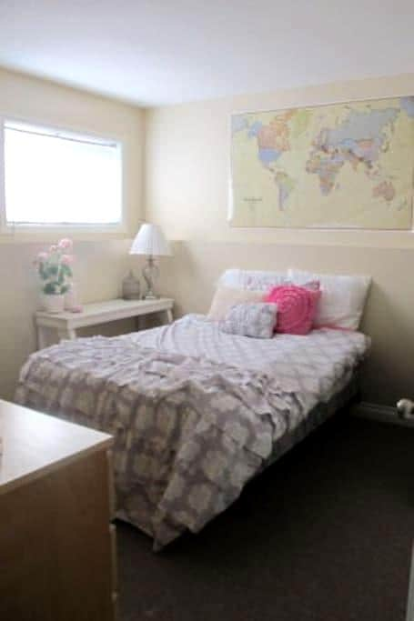 Sunny Room w/small fireplace  (1 of 3 rooms) - Lethbridge - Дом