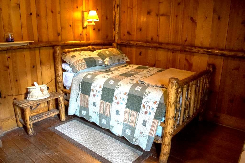 Room #12 in the Historic Range Rider Lodge - Park County - กระท่อมบนภูเขา