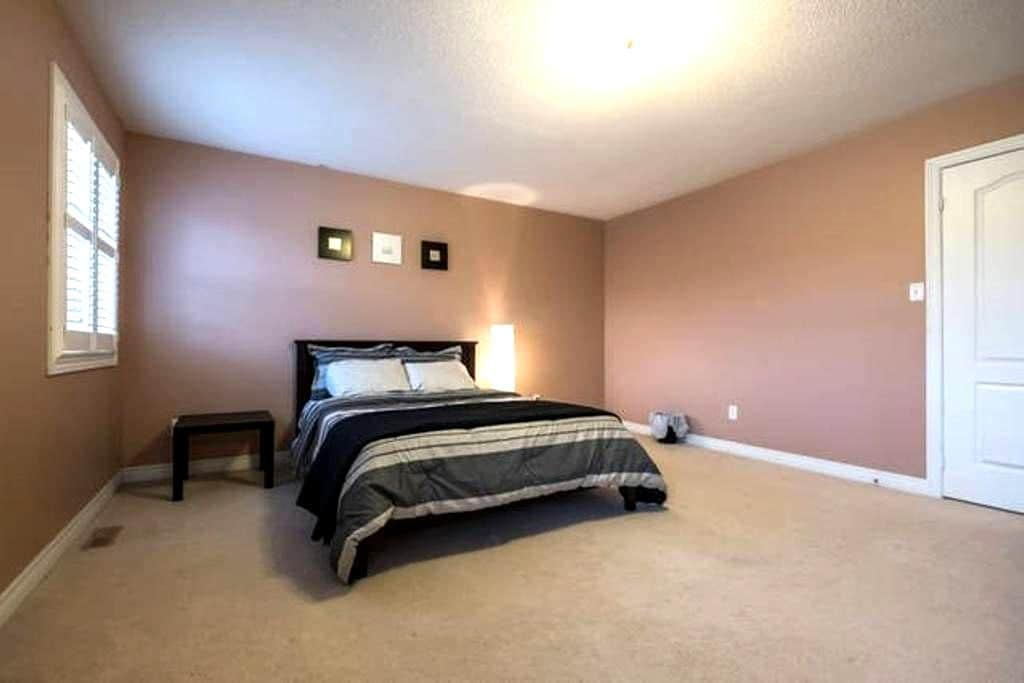 Spacious Private Bedroom with Ensuite - Brampton - Hus