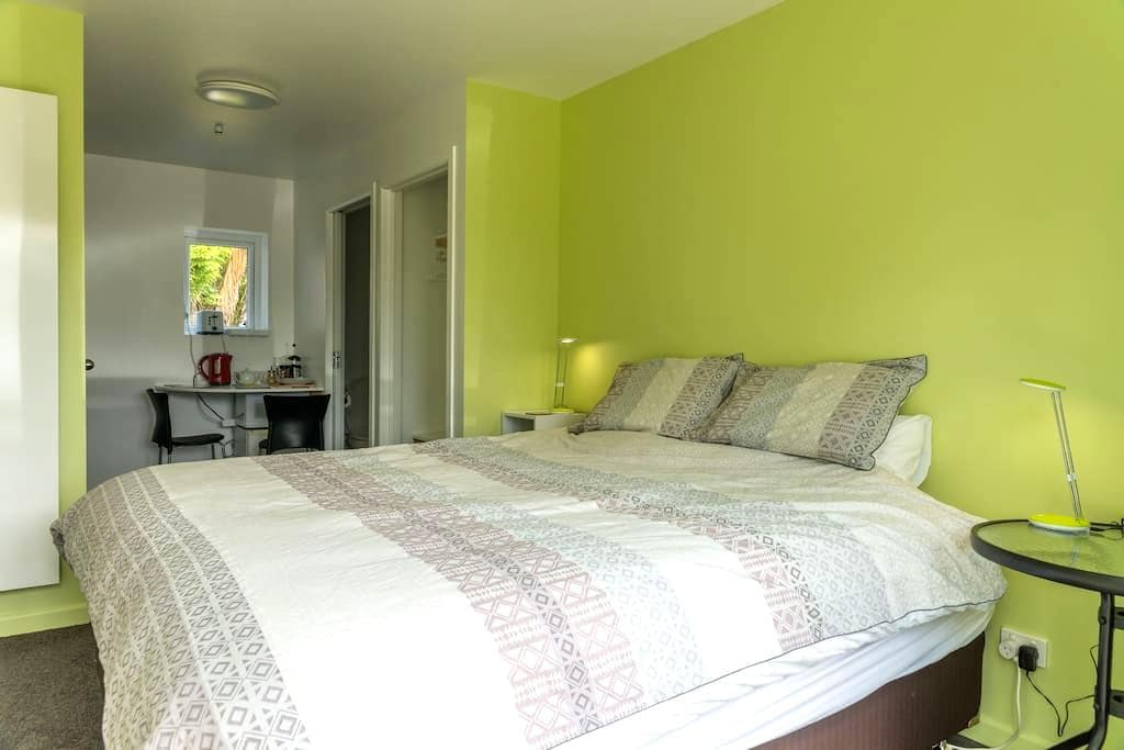 Self contained room in a garden - Te Anau - Rumah