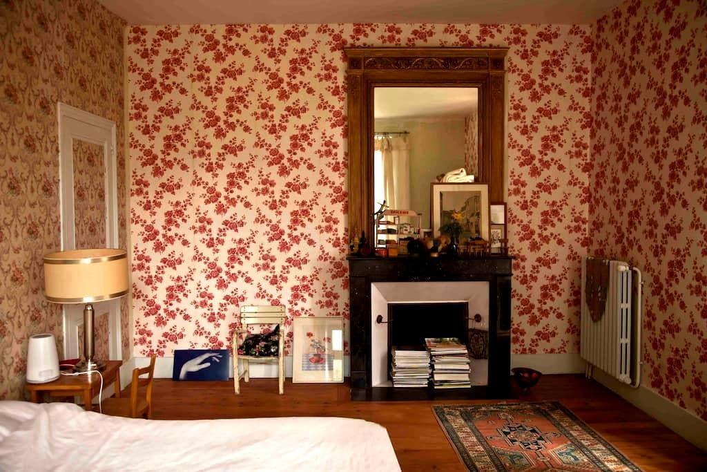 Idyllic Watermill, Chambre Roses - Saint Germain du Bois - Bed & Breakfast