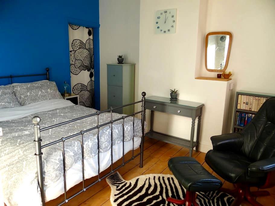 Stylish double room overlooking garden. - Smethwick - House