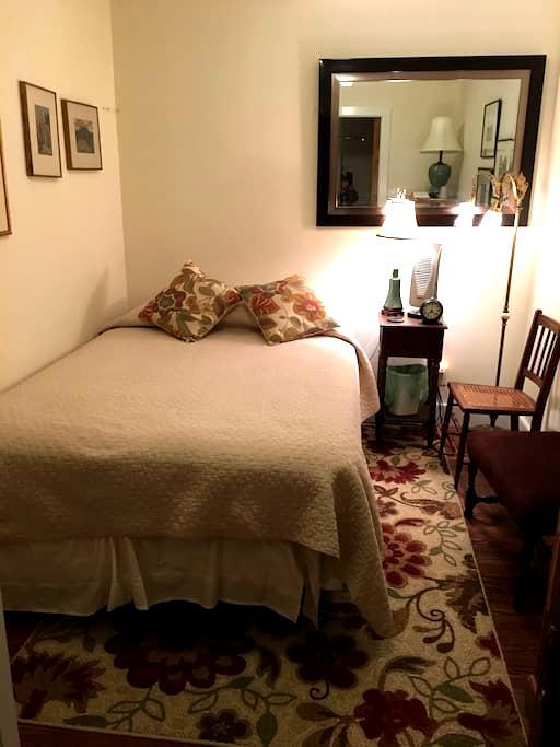 Bedroom with Double Bed and Ensuite Bath - Salisbury - Aamiaismajoitus