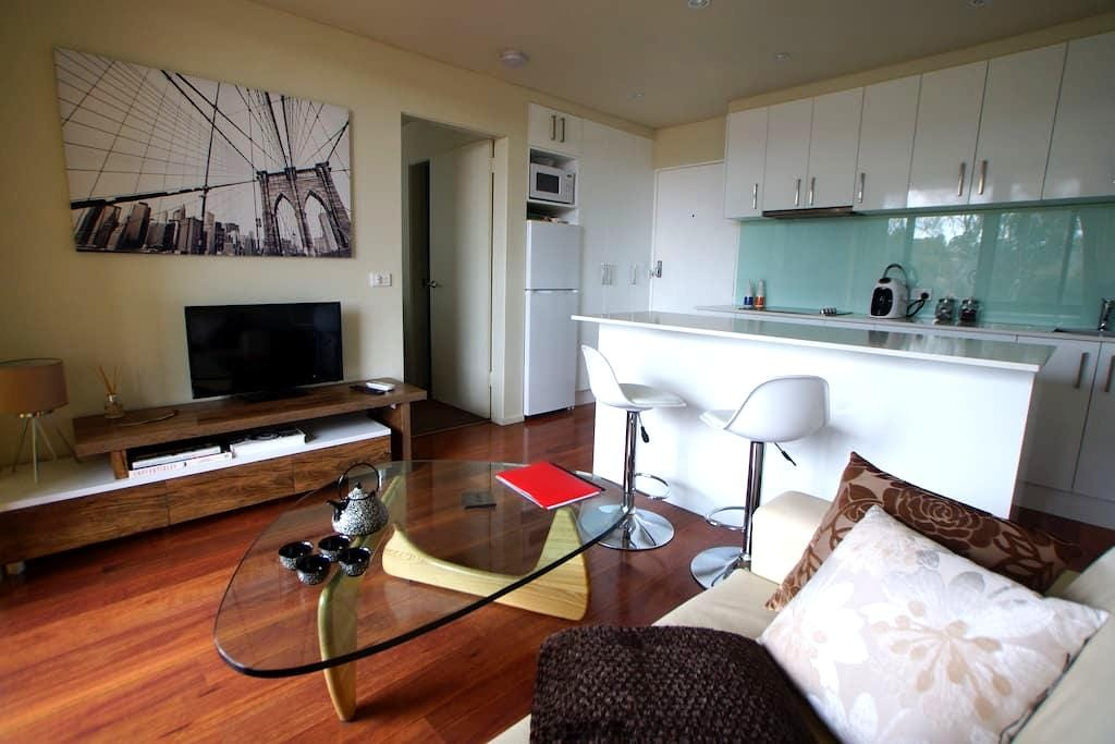 8 min to CBD-driving. Walk to Woden. 1 bedroom apt - Lyons - Wohnung