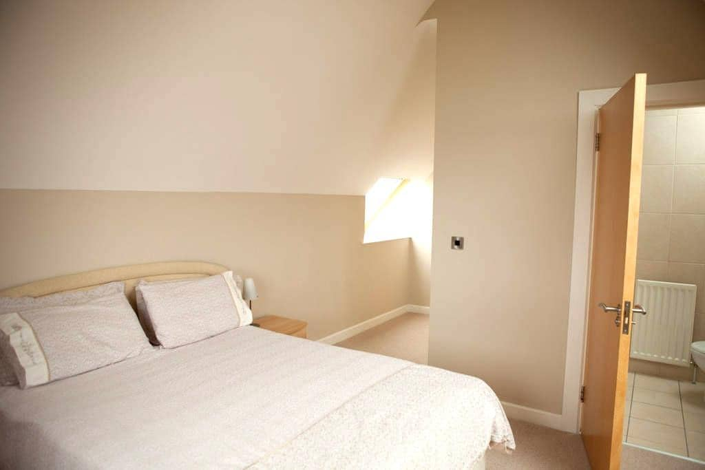 Fabulous king bed en-suite room - Dundrum