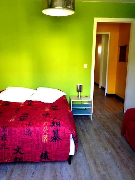 Chambre en R-D-C d'une maison accès direct jardin - Cahors - Dům