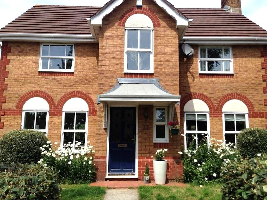 Double room in house near M4/A48J30 - CARDIFF - Hus