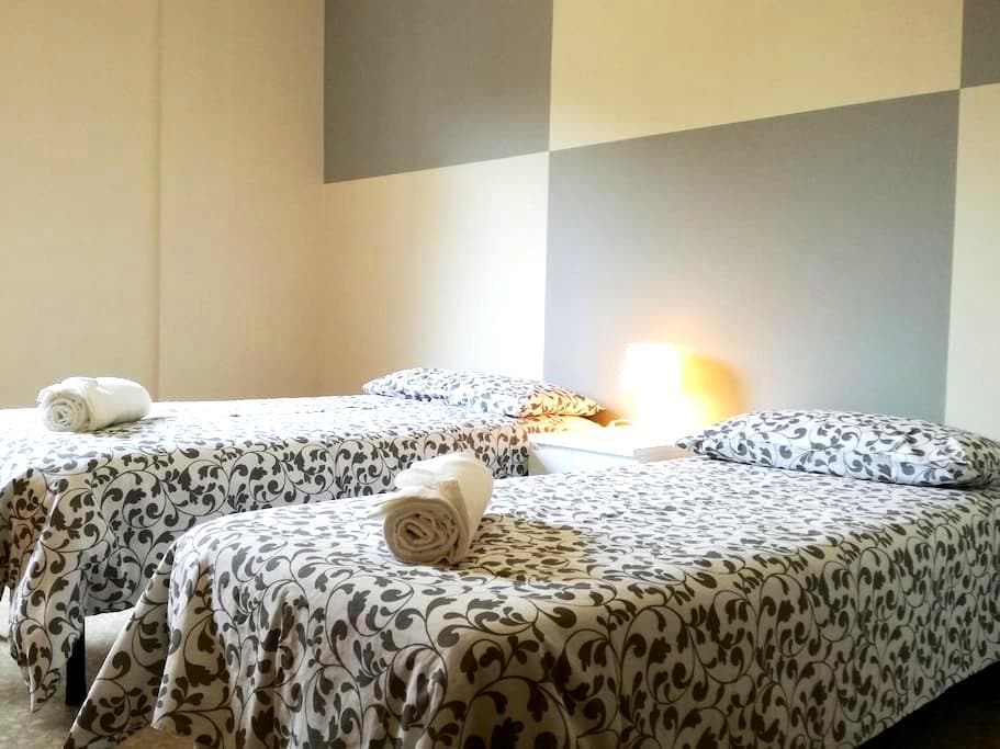 Beautiful bright room with 2 steps from the center - Bergamo - Lägenhet