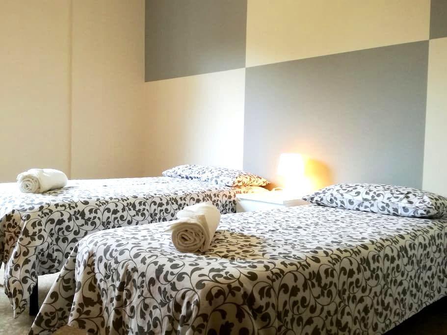 Beautiful bright room with 2 steps from the center - Bérgamo - Apartamento