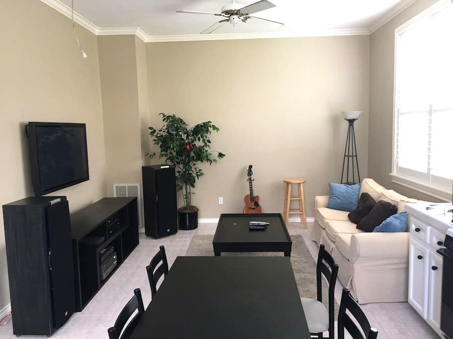 Cozy Bellaire Garage Apartment - Bellaire - Flat
