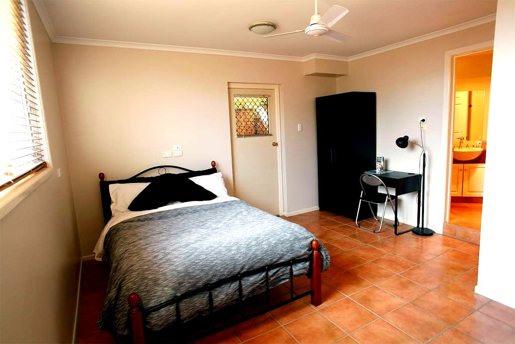 Large private room, ensuite and courtyard - Rangeville - Bed & Breakfast