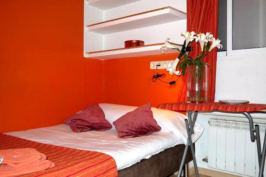 Orange central room Bilbao Chamberi - Madrid