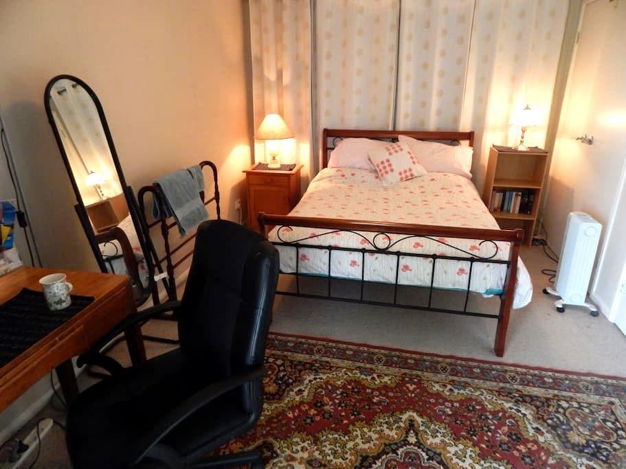 Double bed room in a friendly West Launceston home - West Launceston