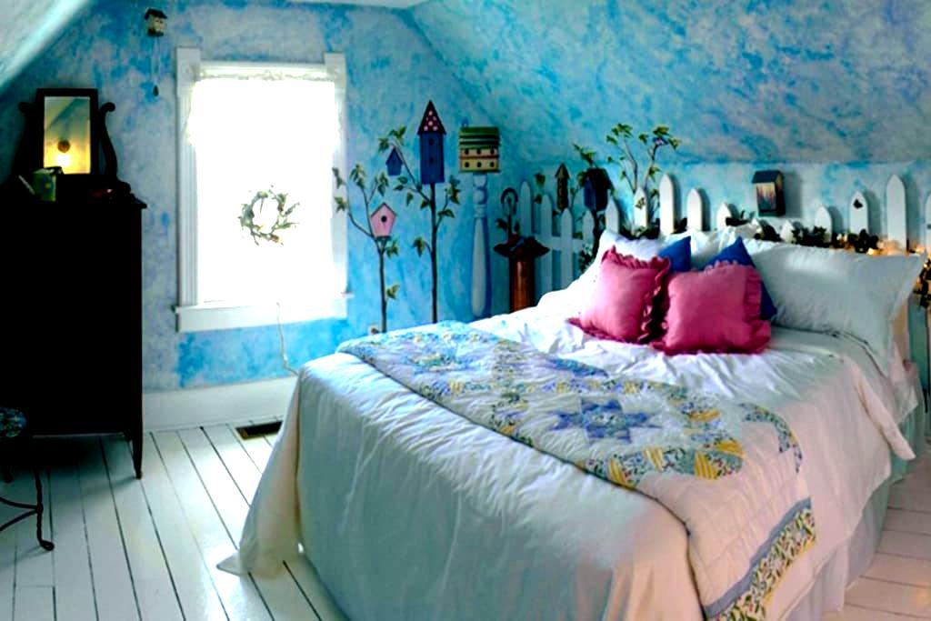 Historical Bluebird House   - North Liberty - Penzion (B&B)