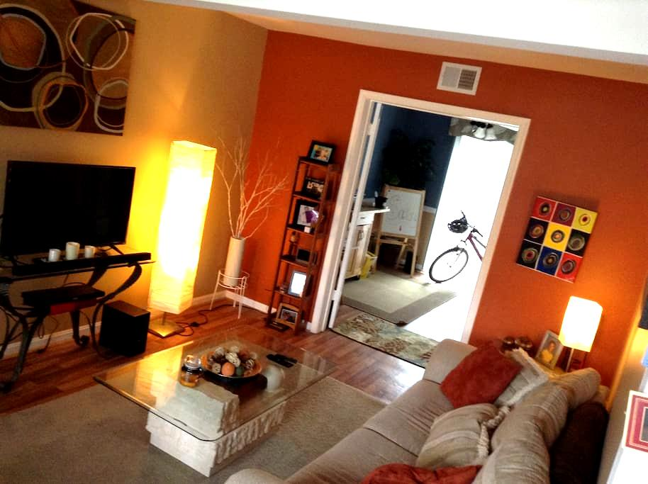 Sweet & Simple private bedroom while ur in town - Richmond