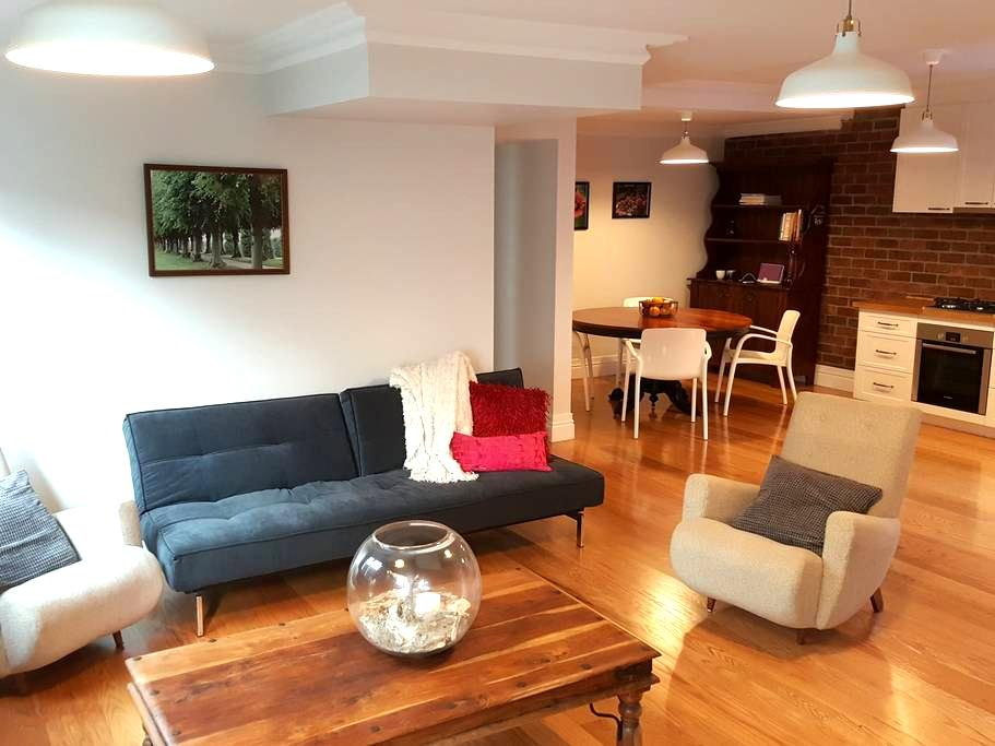 Cosy, European inspired private accommodation! - Greenslopes