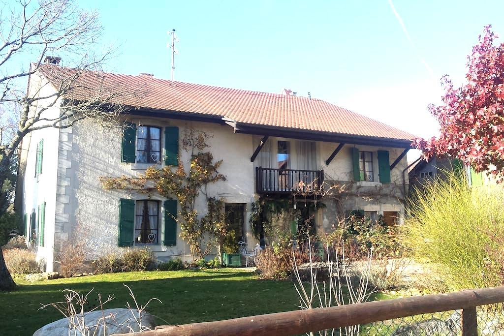 Chambre au calme dans ferme rénovée - Cossonay - House