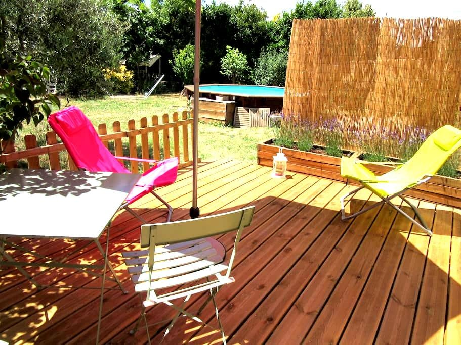In Pertuis new studio 260 ft² with garden and pool - Pertuis - Huis