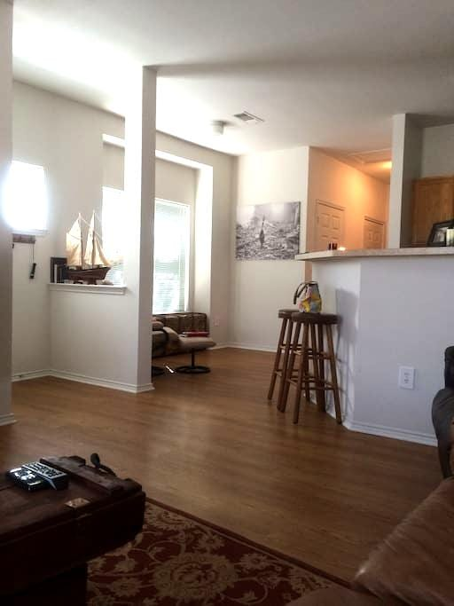 Short walk to Center of downtown & luxury bedding! - Fort Worth - Departamento